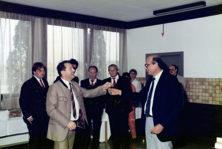 Wolfgang Spalek (left) hands over the keys to the plant to his successor, Paolo Petronio (right).