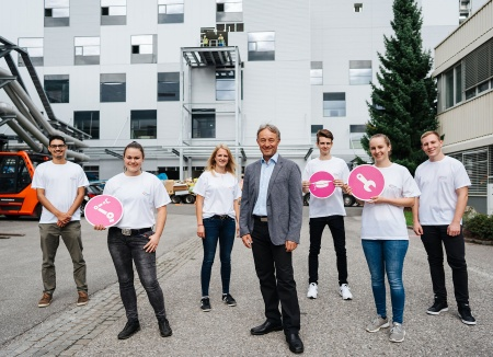 "Thomas Reisinger, Operations Director at Infineon Austria with the six Infineon apprentices of the pilot model ""Apprenticeship and Studies"" in front of the new chip factory at the start in September 2020."