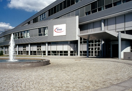 "Infineon Technologies Dresden, one of the most modern chip factories in Europe, developed since its foundation in 1994 into a reference location for technology development within Infineon's worldwide ""fab cluster"". Currently about 2,800 employees are working in the fab, supported by another 2,000 external service-providers. Besides 64Mbit and 256Mbit memory components, embedded DRAMs and logic components on 200mm wafers are also manufactured. The 300mm technology will be implemented in a new module at the existing location.    The picture shows the front view of the administration building with the main entrance and the communal area."