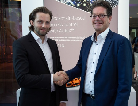 Dr. Leif-Nissen Lundbæk (links), CEO der XAIN AG, und Peter Schiefer, Präsident der Division Automotive bei der Infineon Technologies AG, auf dem Infineon Automotive Cybersecurity Forum in München.