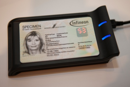 The new security smart card developed by Infineon Technologies and Bundesdruckerei boosts the security of authentication and payment applications: in addition to the static password, a dynamic PIN is requested and automatically generated for each transaction by the security chip in the card and displayed on the integrated LED display.