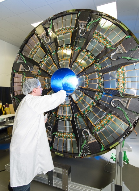 One end-cap of the CMS tracker is opened during installation work (Photo: CERN / Reprint free of charge)