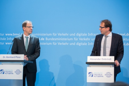 f.r.t.l.: German Federal Minister Alexander Dobrindt and Infineon's CEO Dr. Reinhard Ploss (Photo Credit: BMVI)