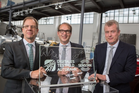 f.l.t.r: Dr. Reinhard Ploss (CEO Infineon Technologies AG), German Federal Minister Alexander Dobrindt and Dr. Jochen Eickholt (Siemens AG) signing the innovation contract (Photo Credit: BMVI)