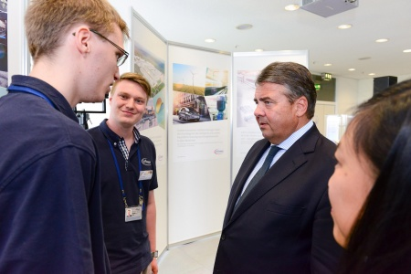 Sigmar Gabriel in discussion with apprentices of Infineon Dresden