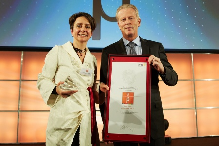 Infineon Honored with the Austrian Innovation Award 2013. Pictured: Dr. Sabine Herlitschka, Board Member of Infineon Technologies Austria AG responsible for Technology and Innovation, Dr. Reinhold Mitterlehner, Federal Minister for Economy, Family and Youth in Austria