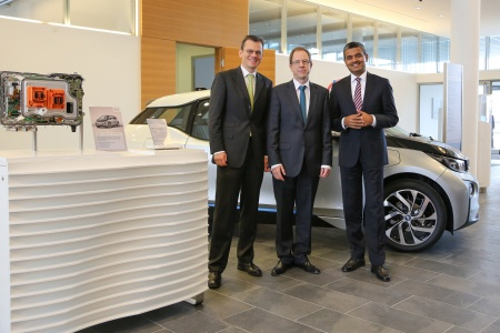 Infineon Management Board in front of a BMW i3 (from left to right): Dominik Asam, Dr. Reinhard Ploss and Arunjai Mittal