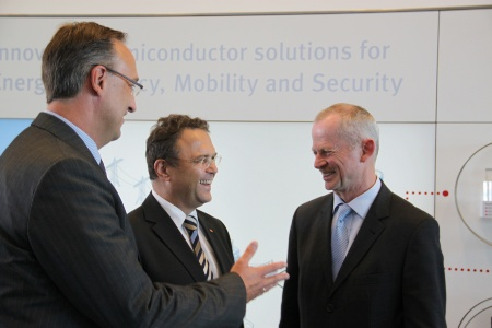 Peter Bauer (right), CEO of Infineon Technologies AG, in discussion with Dr. Hans-Peter Friedrich, German Federal Minister of the Interior (BMI), and Dr. Helmut Gassel (left), President of the Chip Card & Security Division at Infineon, about the security cooperation between Infineon and BMI.