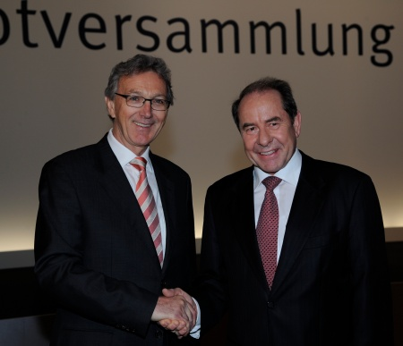 Wolfgang Mayrhuber (left) was unanimously elected new Supervisory Board Chairman after the Annual General Meeting 2011 of Infineon Technologies AG on February 17, 2011. He succeeds Prof. Dr. Klaus Wucherer (right).
