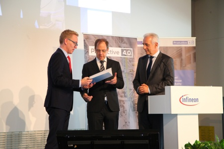 Handover of funding certificates by Prof. Wolf-Dieter Lukas,  Federal Ministry of Education and Research (left) and Prime Minister of Saxony Stanislaw Tillich (right) to Infineon CEO Dr. Reinhard Ploss
