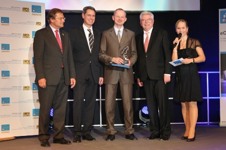 Martin Zeil, Bavarian Minister of Economics, Infrastructure, Transport and Technology (second from right), presented the Bavarian State Award for Electric Mobility to Peter Bauer, CEO of Infineon Technologies AG (centre), in the presence of laudator Prof. Dr. Josef Nassauer, Bayern Innovativ GmbH, Robert Metzger, Managing Director MunichExpo Veranstaltungs GmbH, and presenter Ilka Groenewold (from left to right).