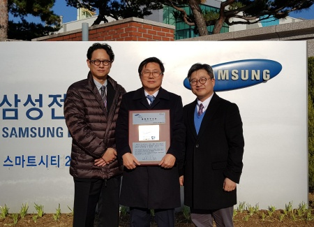 Yoo Jaesang, Manager of Quality Management team, Infineon Korea; Lee Seungsoo, Managing Director of Infineon Korea; Kim Jongsu, Director of Samsung Global Account team, Infineon Korea (from left)